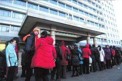 北京儿童医院挂号排队的长龙蜿蜒至院外.