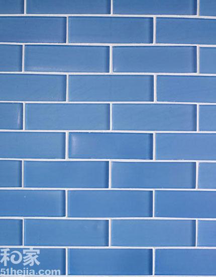 厨房墙面选择的这种蓝色瓷砖属于玻璃砖,整洁干净.